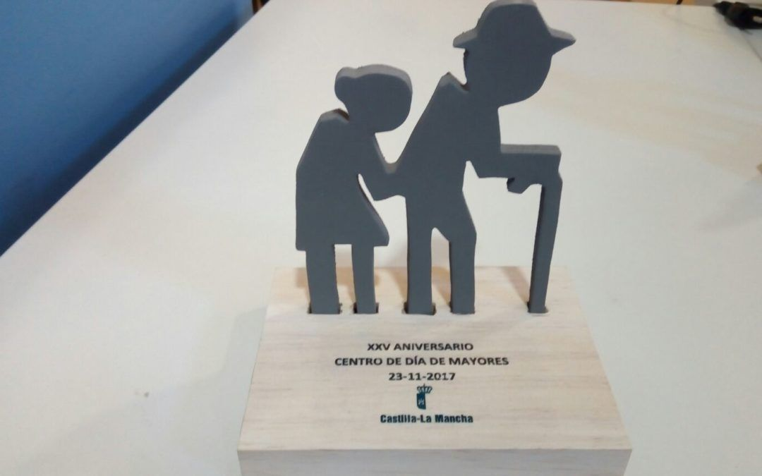 Fundación Cadisla realiza trofeos conmemorativos para Centro de Día para Mayores de Tomelloso