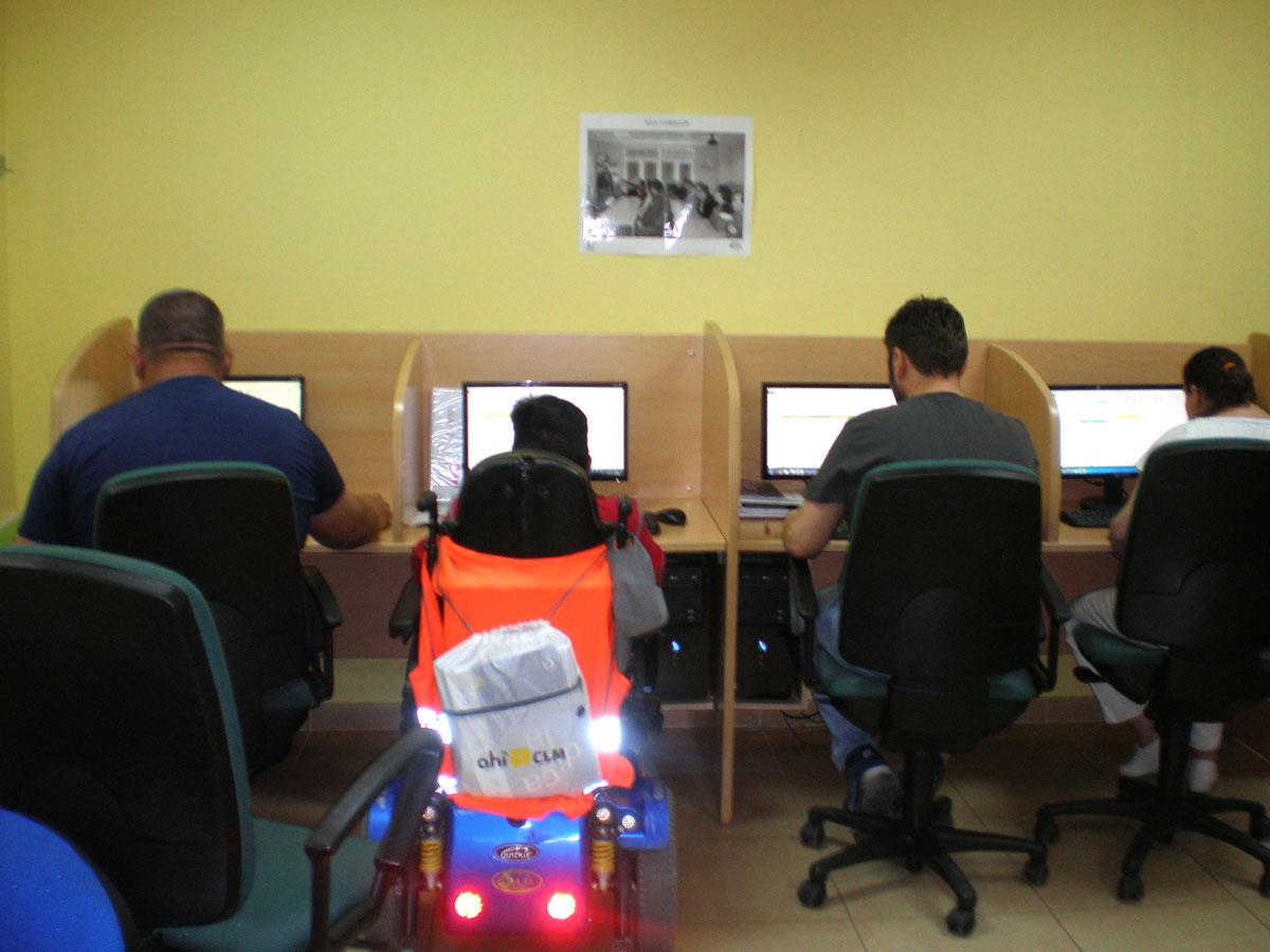 Fundación-Cadisla-Curso-conserje-alumnos-en-ordenador